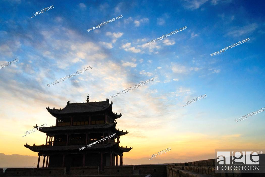 Imagen: Jiayuguan fort at dusk at the western boundary of the Great Wall of China, Gansu province, China, Asia The pass was a key waypoint of the ancient Silk Road.