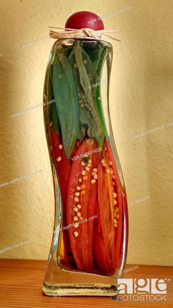Imagen: Pickled peppers in jars, Minorca, Spain.