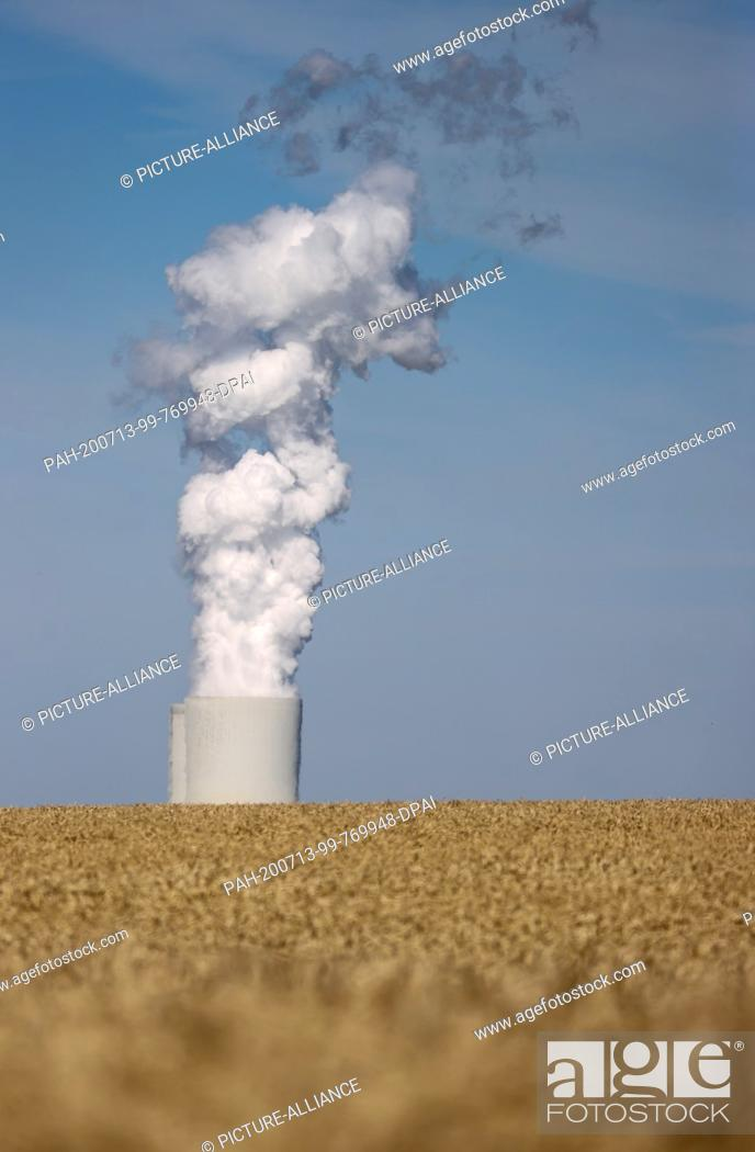 Imagen: 13 July 2020, Saxony, Espenhain: Behind a grain field are the steaming cooling towers of the Lippendorf lignite-fired power plant.