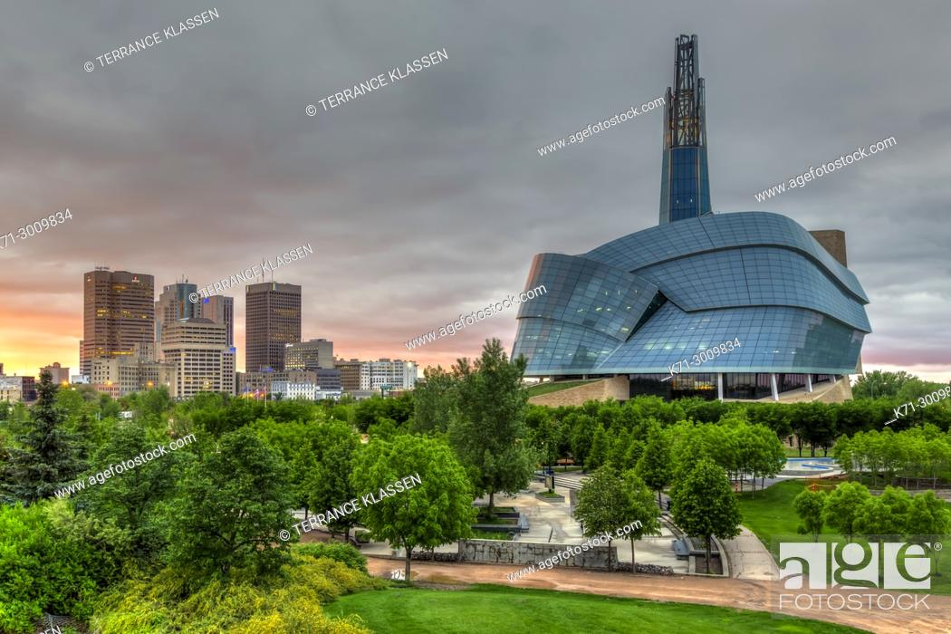 Imagen: The city skyline of Winnipeg, Manitoba Canada from The Forks National Historic site.