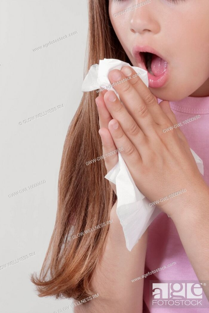 Imagen: Girl suffering from cold.