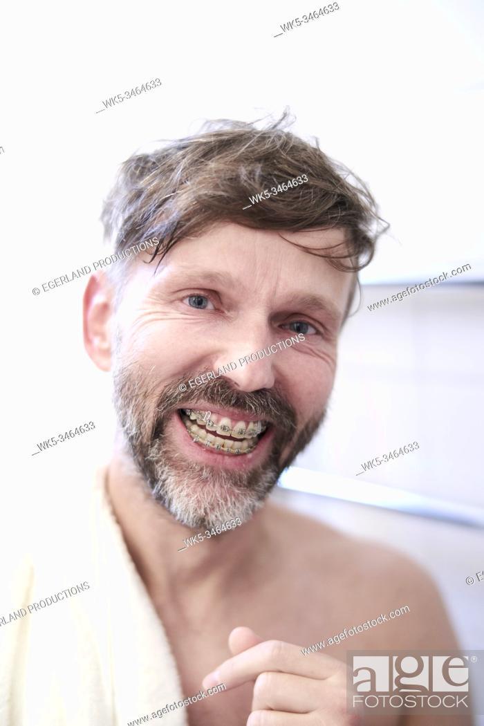 Imagen: Portrait of smiling man with dental braces.