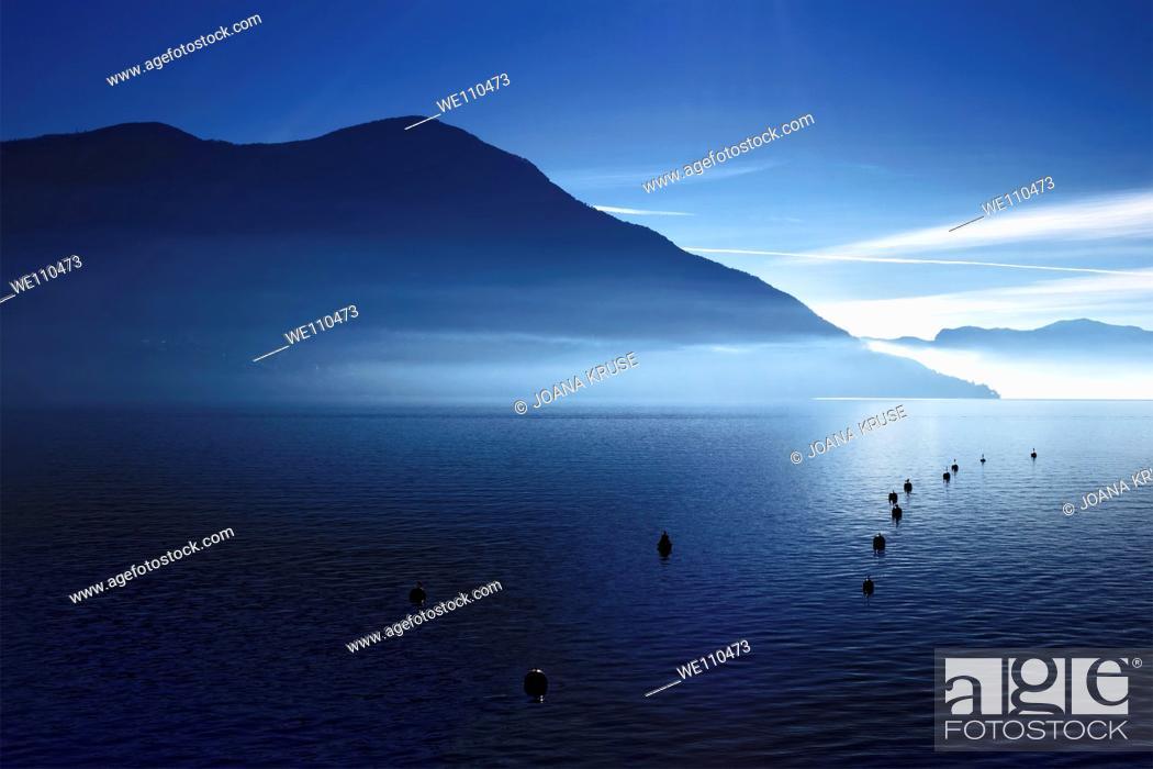 Imagen: morning haze over the Lake Maggiore.