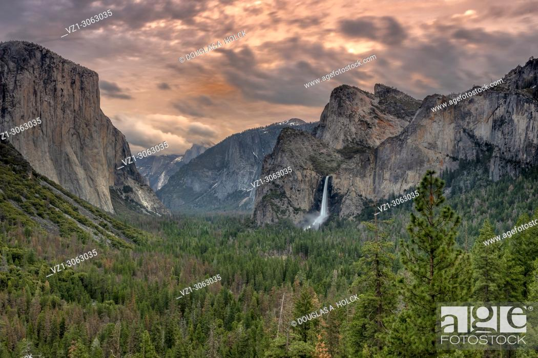 Imagen: Tunnel View of spring thunder clouds over Yosemite Valley, Yosemite NP, USA.