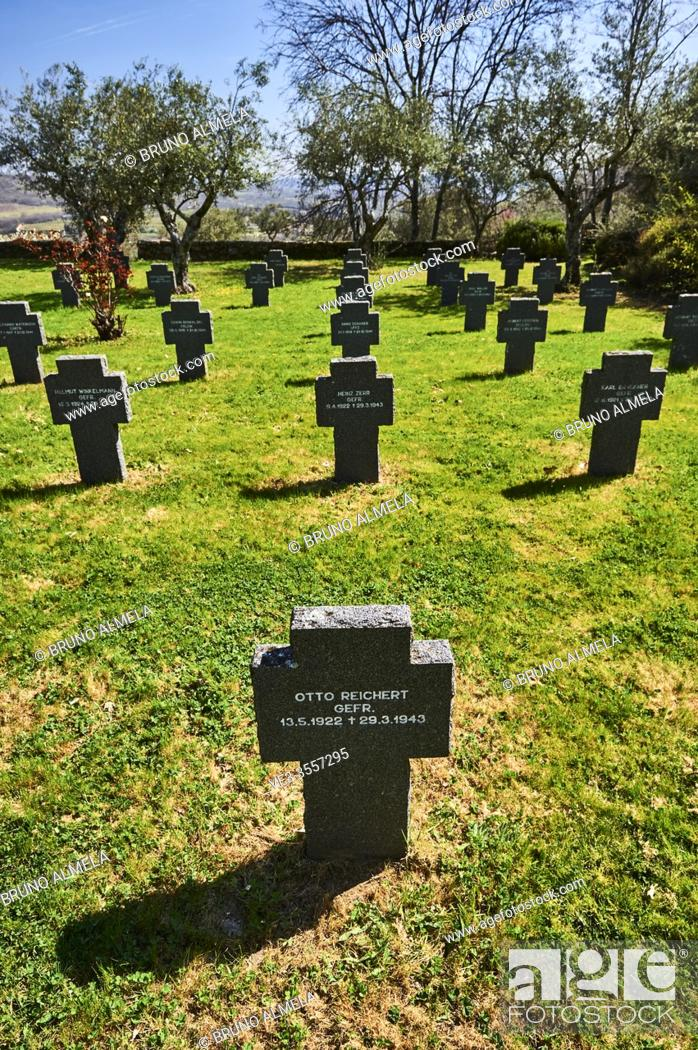 Imagen: Tombstones in the German Soldiers Cemetery in Cuacos de Yuste, Extremadura (Spain).