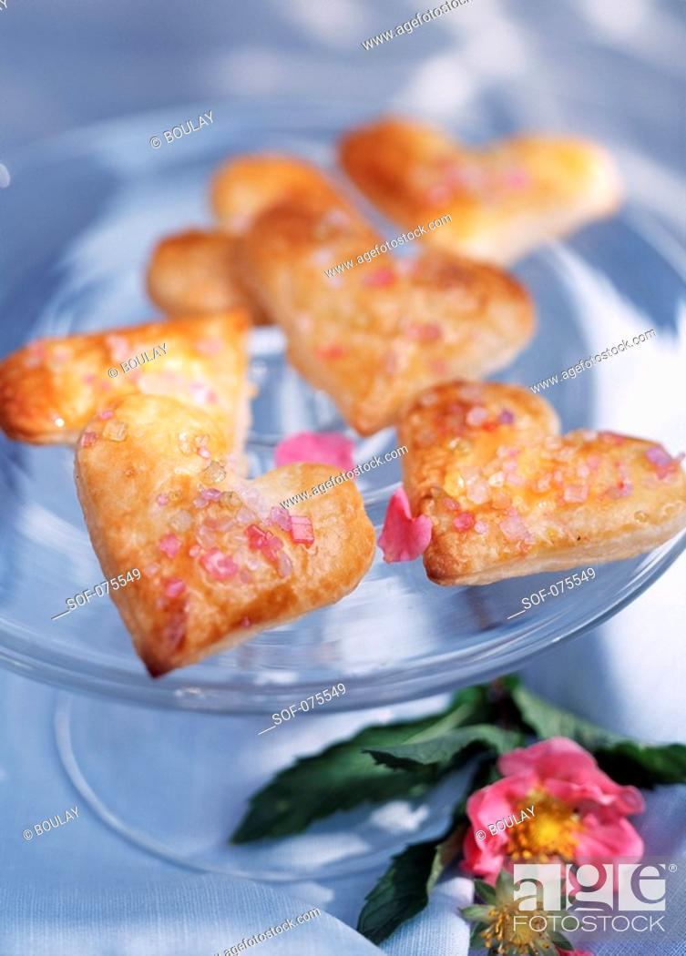 Imagen: Heart-shaped biscuits covered with pink sugar.