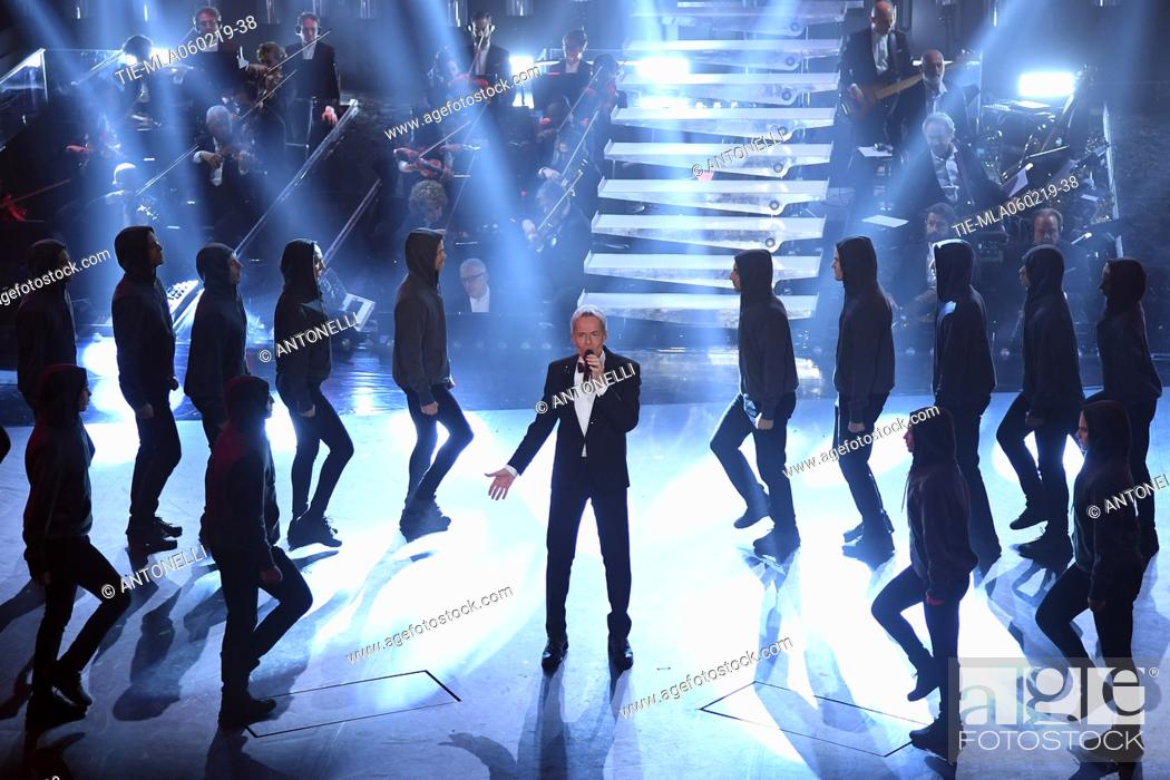 Imagen: Claudio Baglioni and the dancers during Sanremo second evening. 69th Festival of the Italian Song. Sanremo, Italy 06 Febr 2019.