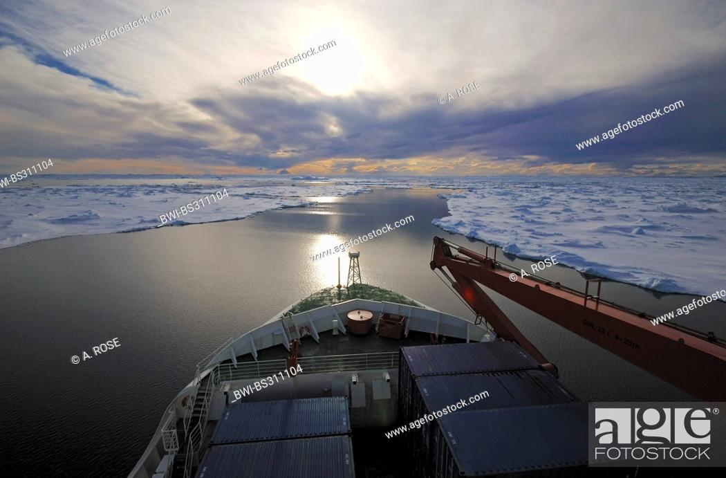 Imagen: ship in a shipping channel through the pack ice near Ross Island, Antarctica.