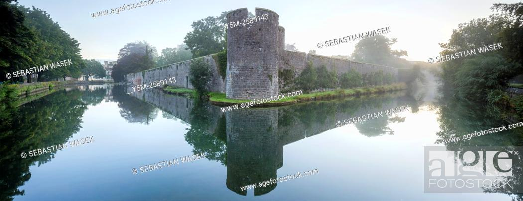 Stock Photo: Moat surrounding the Bishops Palace in Wells, Somerset, England, United Kingdom, Europe.