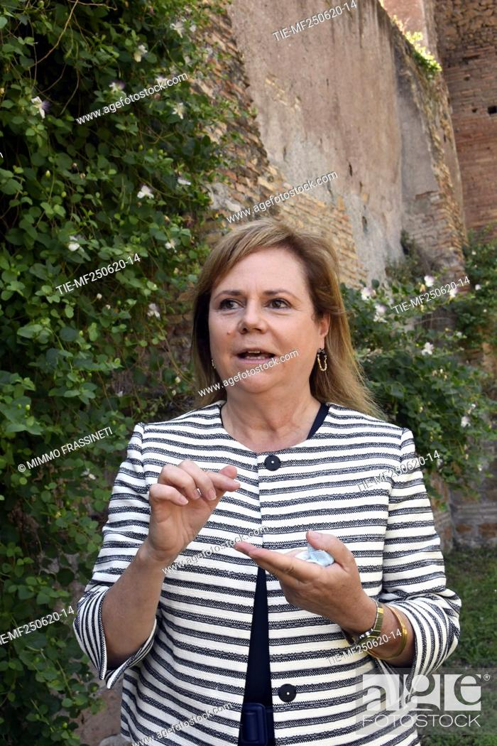 Imagen: Alfonsina Russo, director of Colosseum archaeological park during the presentation of the bronze sculpture 'Anello' by Francesco Arena.