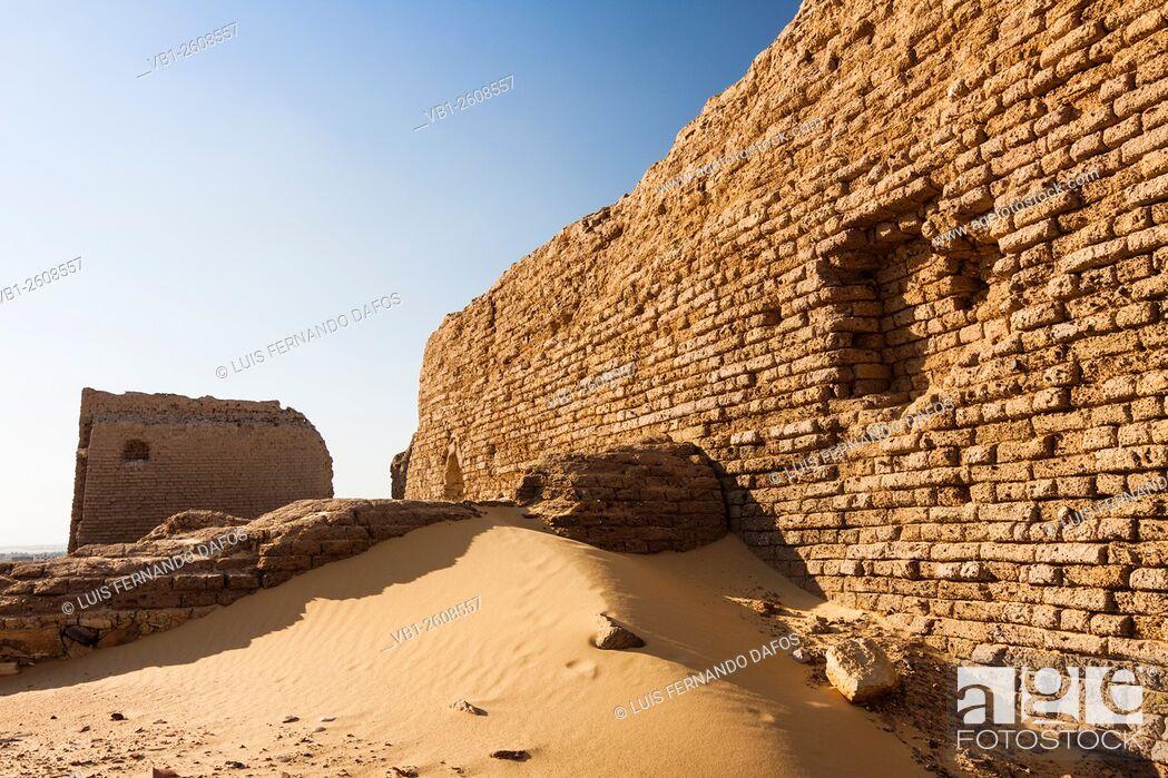 Imagen: Ruins of the temple and fortress of An-Nadura at Al-Kharga, Egypt.