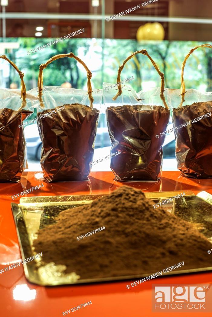 Imagen: Cocoa powder on a shelf in a store.