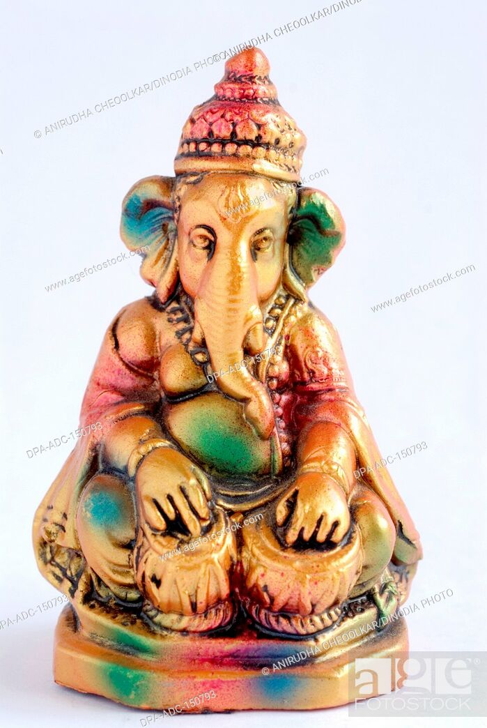 Imagen: Colourful statue of lord Ganesha elephant headed god playing tabla , India.