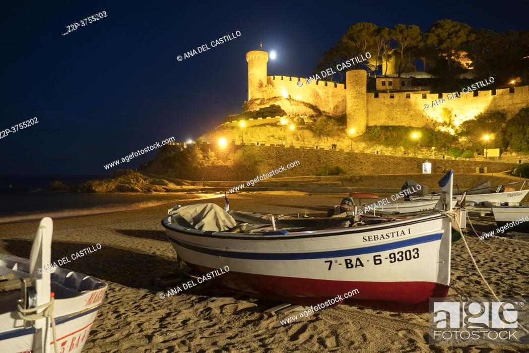 Imagen: Tossa de Mar town at Costa Brava, Gerona Catalunya Catalonia, Spain on September 2020. Night view of ancient fortress and old town by the Mediterranean sea.