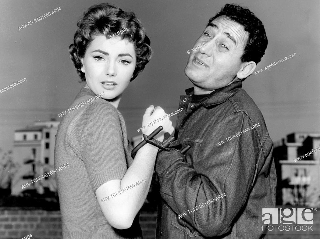 Imagen: Alberto Deaf and Sylva Koscina the thief thief she films him, 1957.