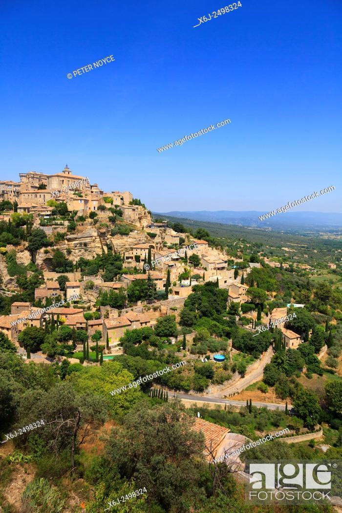 Imagen: The hilltop village of Gourdes in Provence France.