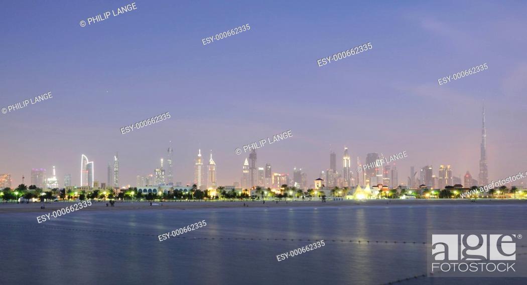 Stock Photo: Dubai Skyline am abend.