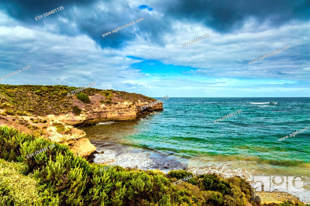 Imagen: The Great Ocean Road of Australia. Picturesque seashore and coastal cliffs of the Pacific. The concept of exotic, active and photo-tourism.