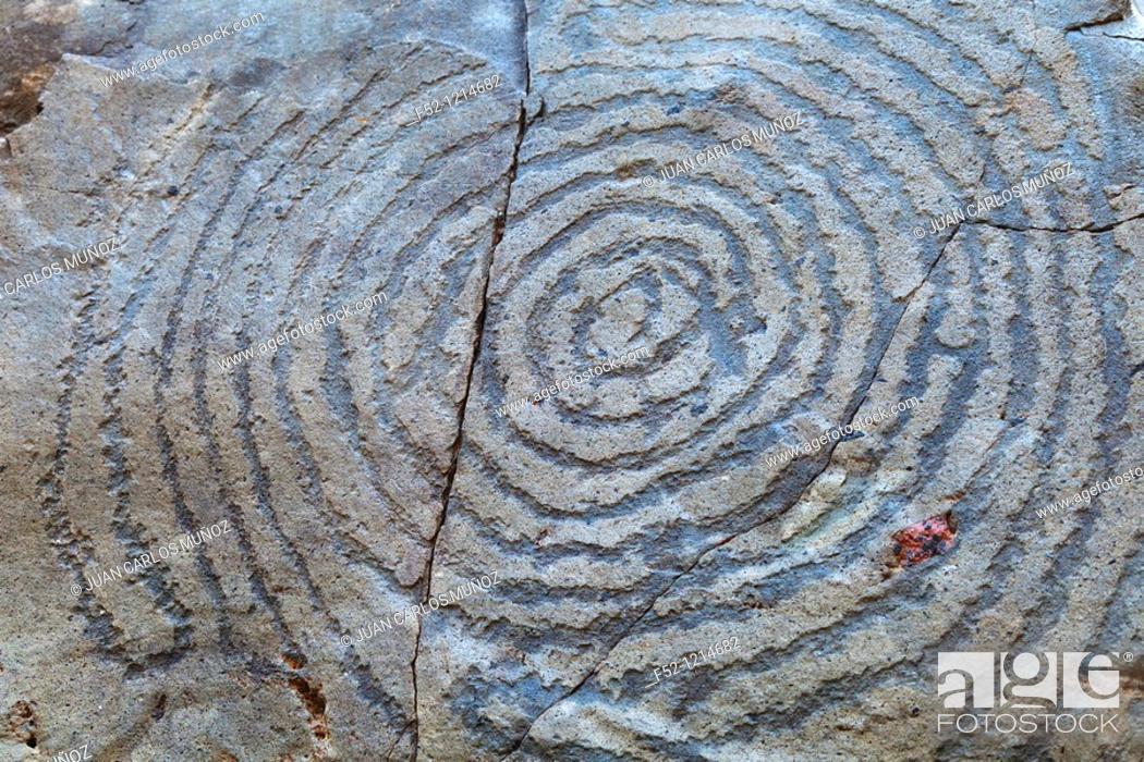 Stock Photo: Petroglifos prehispánicos en El Cementerio  Yacimiento arqueológico del Lomo de la Fajana  Pueblo El Paso  Isla La Palma  Provincia Santa Cruz  Islas Canarias.