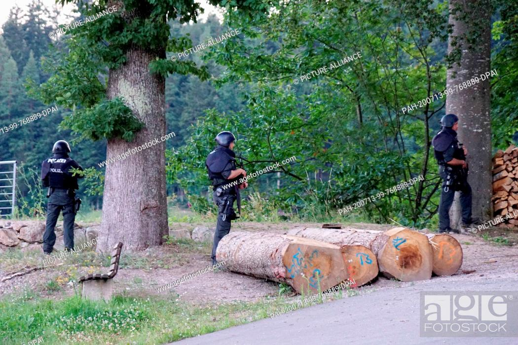 Imagen: 13 July 2020, Baden-Wuerttemberg, Oppenau: Police officers are standing outside a wooded area on a road near Oppenau. The day before.