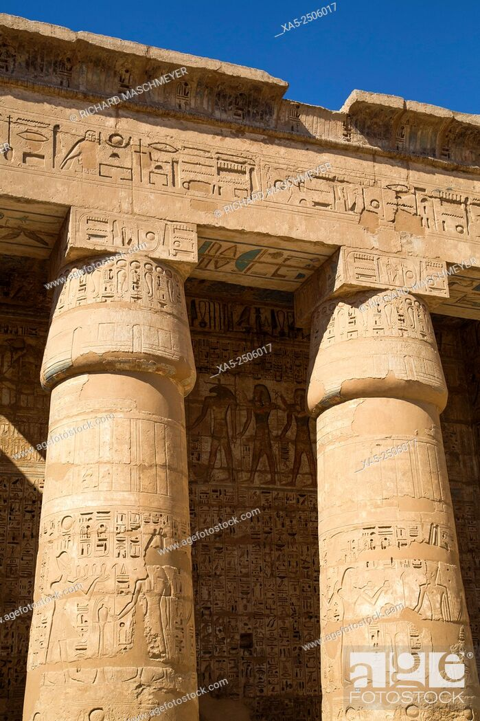 Imagen: Columns of the Second Court, Medinet Habu (Mortuary Temple of Ramses III), West Bank, Luxor, Egypt.