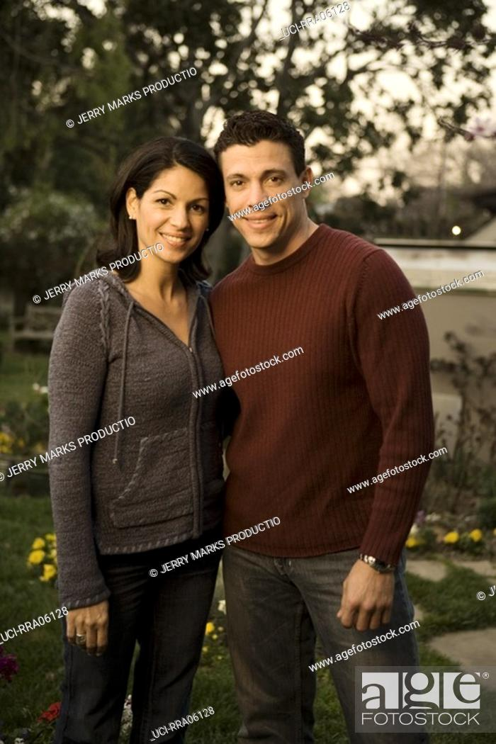 Imagen: Couple hugging in garden.