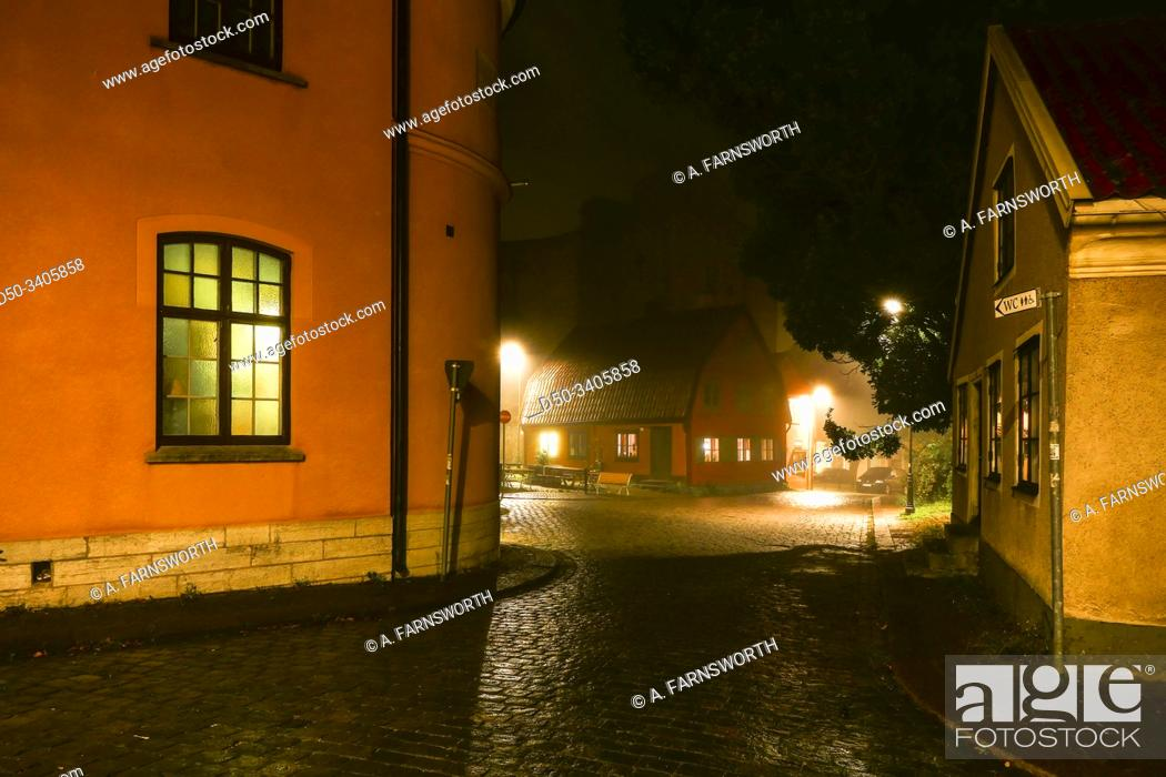 Imagen: Visby, Gotland, Sweden The dark and mysterious streets of the medieval old town.