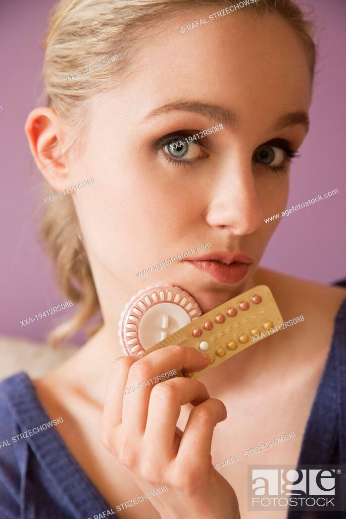 Imagen: Portrait of a woman with birth control pills.