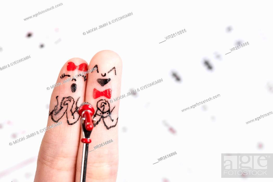 Imagen: Couple singing, finger art.