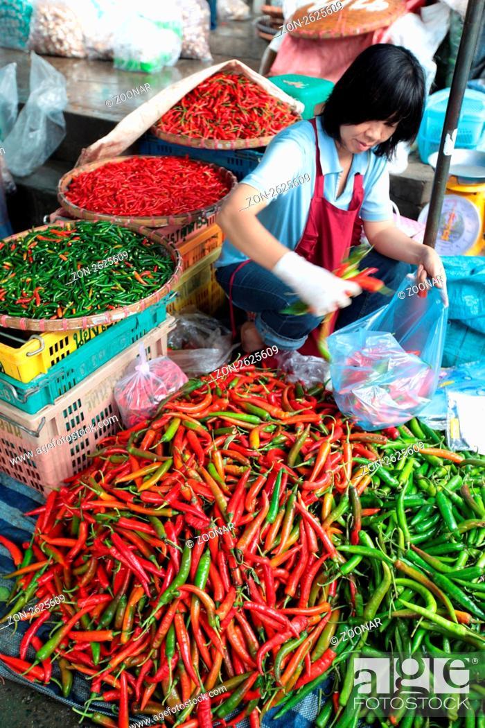 Stock Photo: Menschen auf dem Grossen Lebensmittelmarkt von Talat Warorot in Chiang Mai im Norden von Thailand.