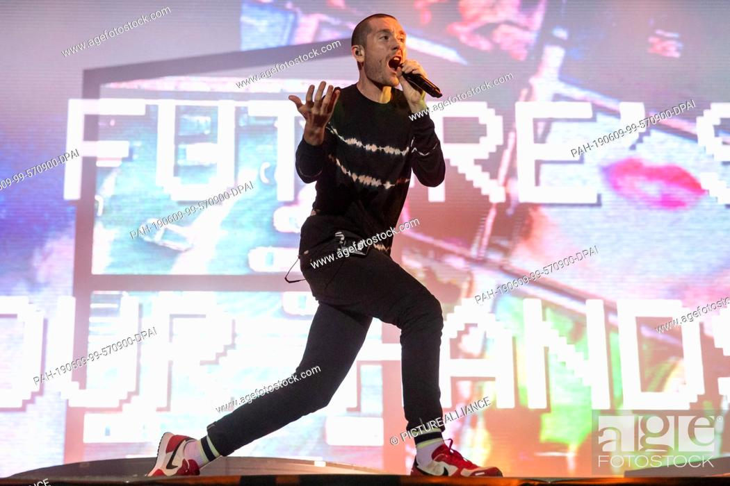 "Imagen: 08 June 2019, Bavaria, Nuremberg: Dan Smith, singer of the British indie rock band Bastille, is on stage at the open-air festival """"Rock im Park""""."