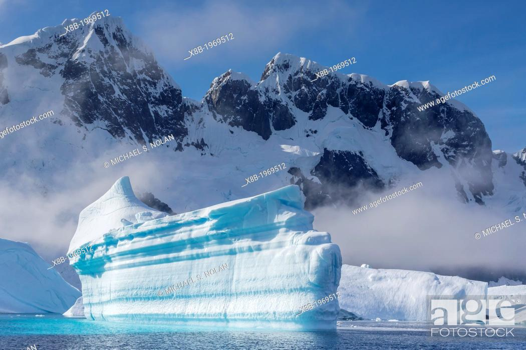 Imagen: Icebergs near Booth Island, Antarctica, Southern Ocean.