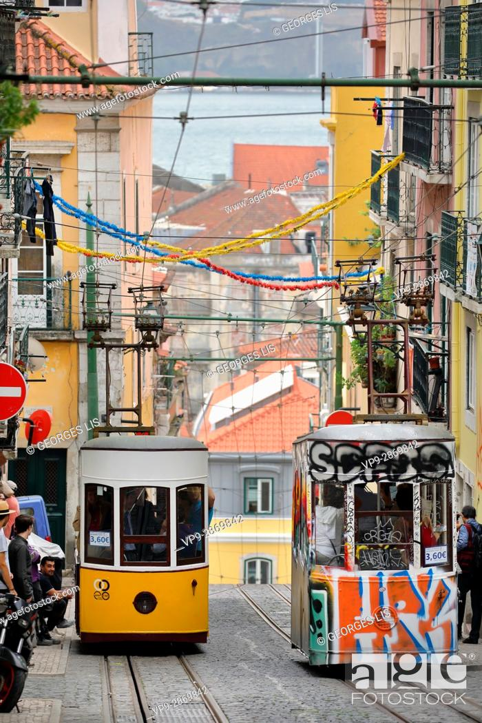 Imagen: funicular elevador Da Bica yellow and tag painted funiculars Lisbon Portugal.