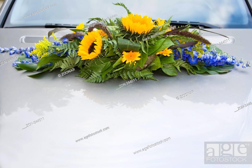 Die Motorhaube Eines Autos Ist Fur Eine Hochzeit Festlich Mit Blumen