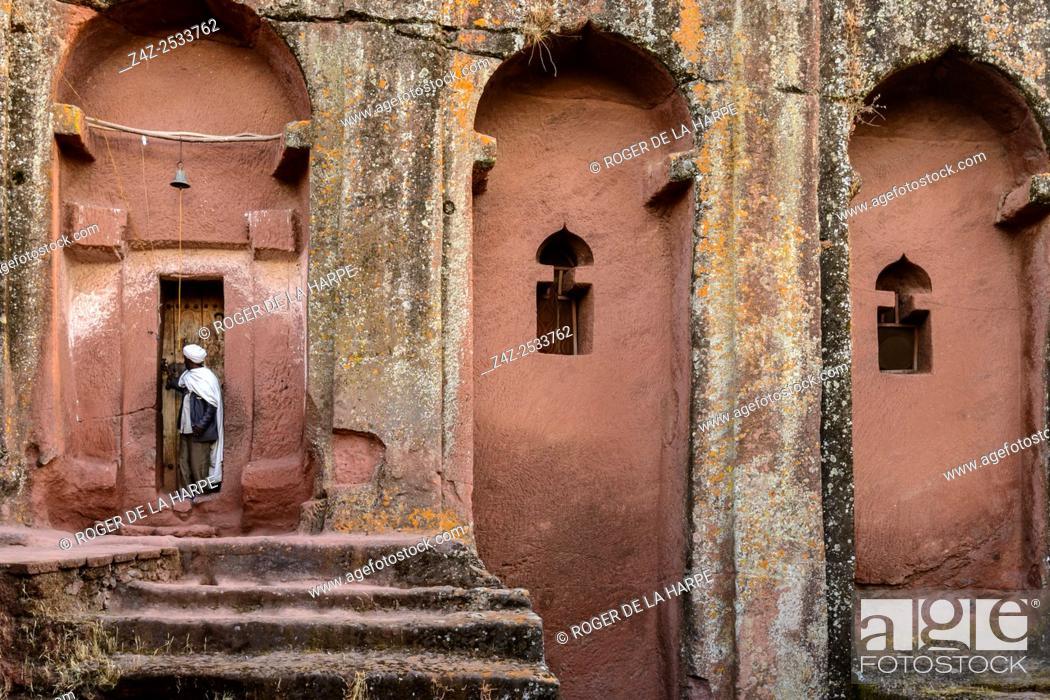 Imagen: Priets at door to Bete (or Biet) Gebriel-Rufa'el (House of the angels Gabriel, and Raphael). Lalibela. Ethiopia.
