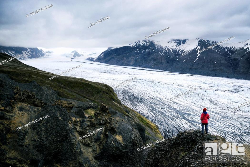 Stock Photo: Iceland, Sudurland region, Skaftafell National Park, hiker contemplating the Skaftafellsjokull glacier (Skaftafellsjökull), Model Released.