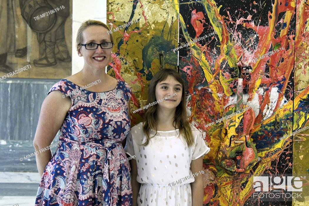 Imagen: Australian Vice Ambassador Jo Tarnawsky, Australian young painter (12 years old ) Aelita Andre at the Museum of Civiltà in Rome ,ITALY-20-06-2019.