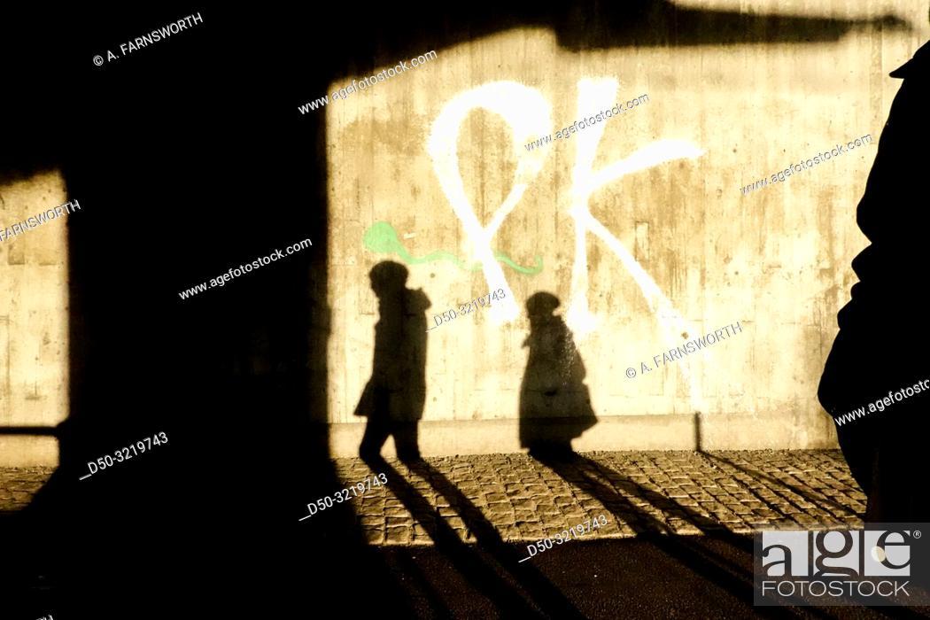 Imagen: Stockholm, Sweden Pedestrians in a passageway in the winter light in Liljeholmen.