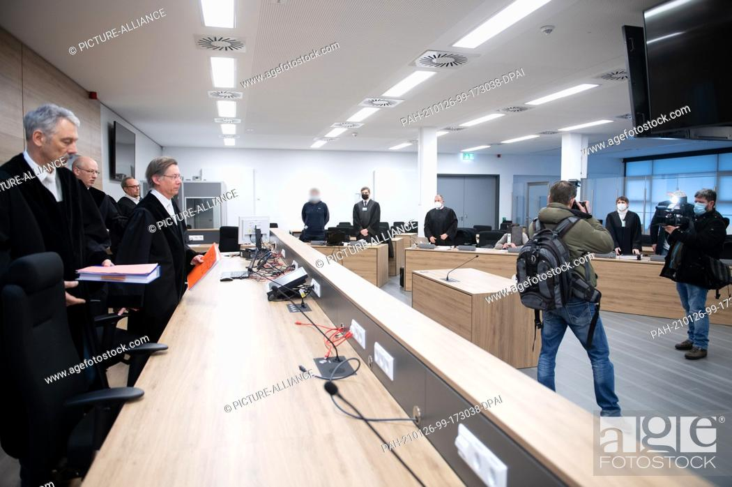 Imagen: 26 January 2021, Saxony, Dresden: Hans Schlüter-Staats (4th from left), presiding judge at the Higher Regional Court, stands in front of the defendants and.
