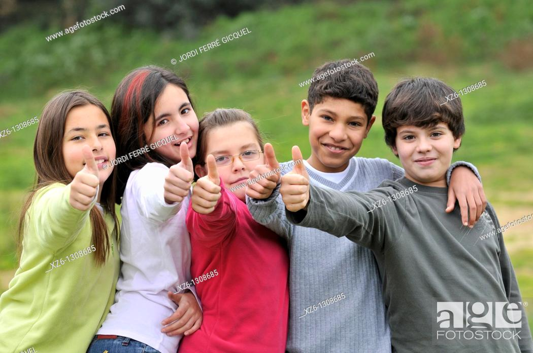 Imagen: Group of children, thumbs up. Spain.