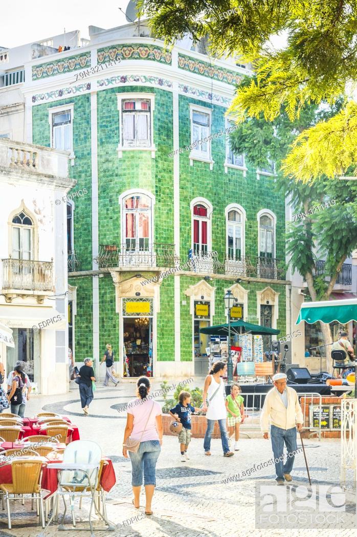 Imagen: street scene lagos, algarve, portugal.