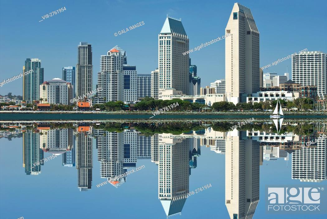 Stock Photo: DOWNTOWN HARBORSIDE CITY SKYLINE FROM BAY VIEW PARK SAN DIEGO CALIFORNIA USA.