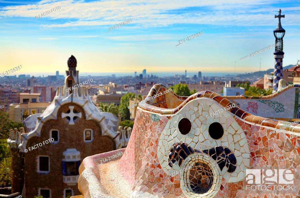 Imagen: The Greek Theatre or Nature Square, with the undulating bench made of tile shard mosaic. Parc Güell, by Antoni Gaudi. Barcelona. Catalonia. Spain.