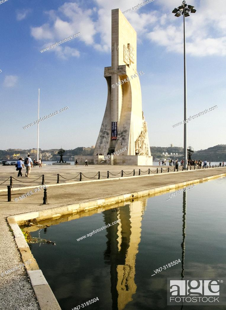 Imagen: Front on view of the Padrao dos Descobrimentos in the Belem district of Lisbon, Portugal. The monument situated by the river Tagus was built to celebrate.