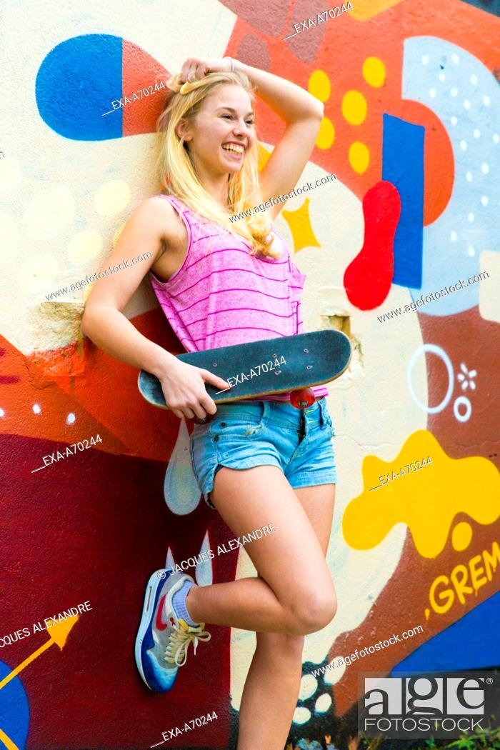Imagen: Young woman with skateboard.