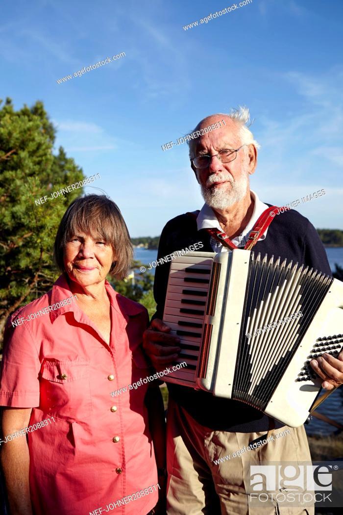 Imagen: Portrait of senior couple with accordion.