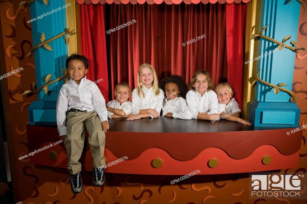 Imagen: Portrait of school kids in library theatre.