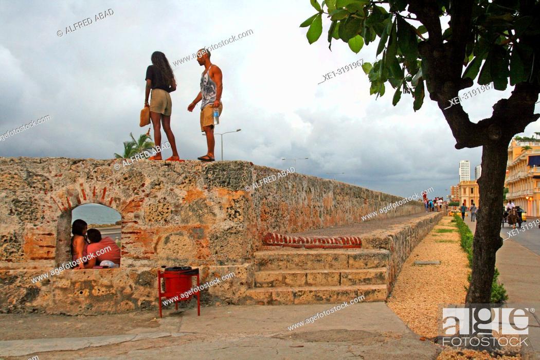 Imagen: walk on the wall of defense, Cartagena de Indias, Colombia.