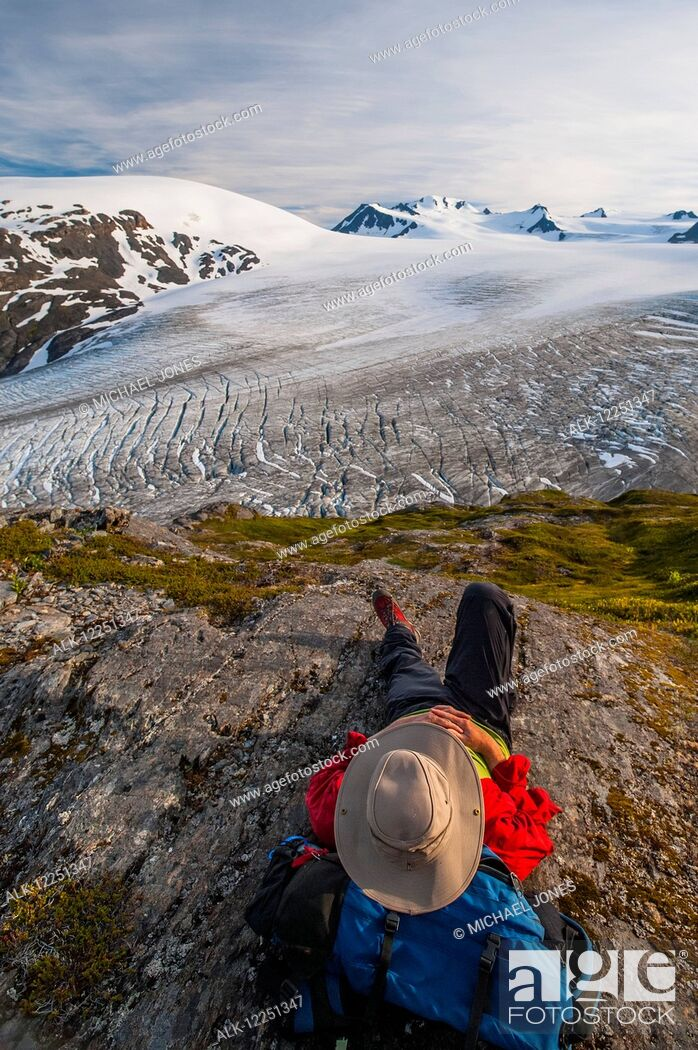 Imagen: Backpacker rests on a ridge overlooking Exit Glacier, Kenai Fjords National Park, Kenai Peninsula, Southcentral Alaska.
