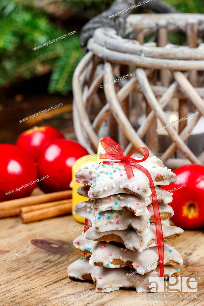 Imagen: Christmas gingerbread cookies on wooden table. Beautiful symbol of xmas.